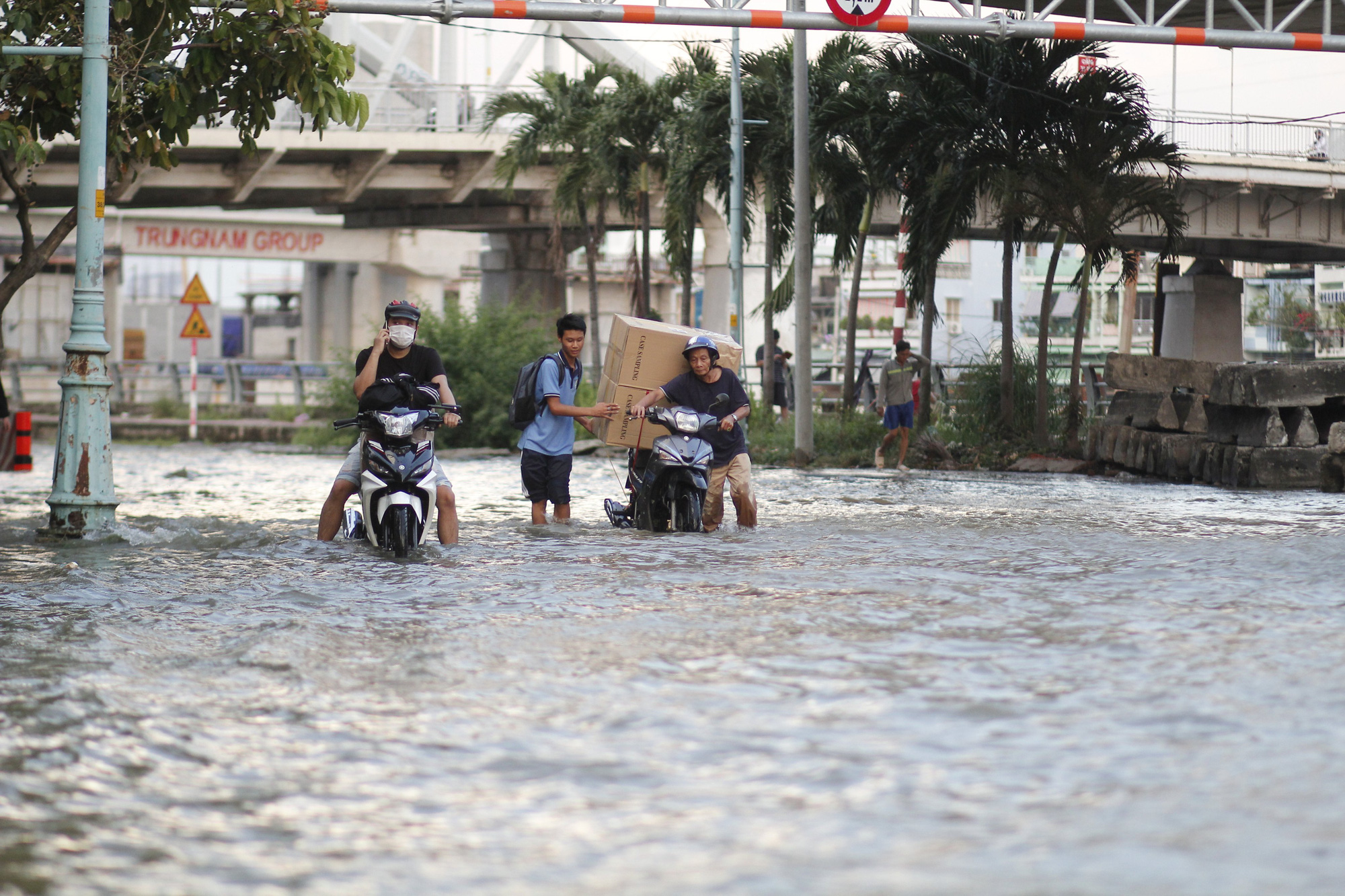 People travel on flooded Ton That Thuyet Street in District 4, Ho Chi Minh City, November 16, 2020. Photo: Chau Tuan / Tuoi Tre