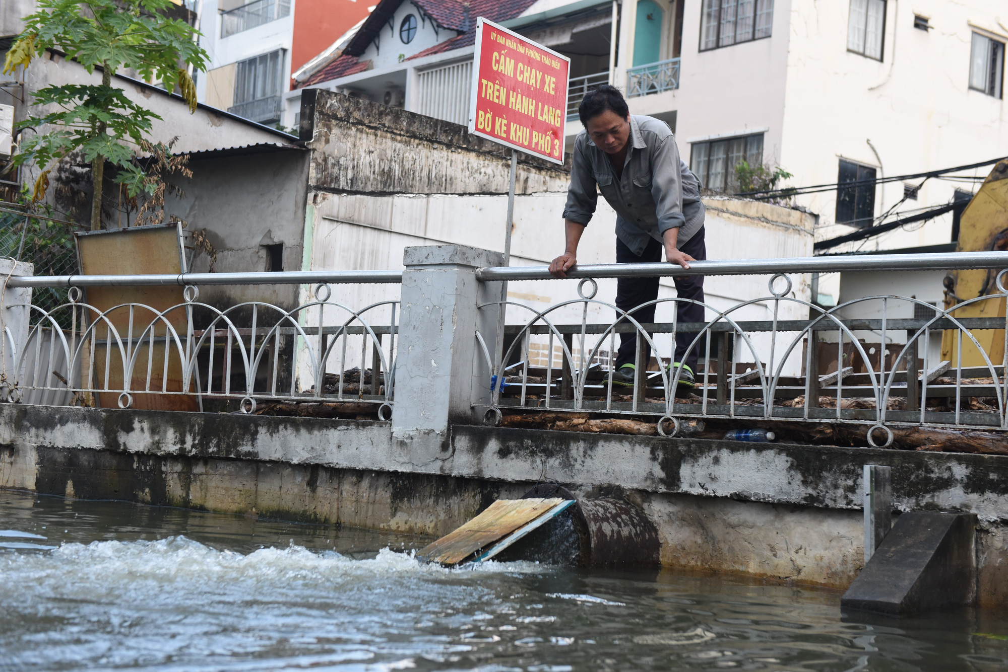 Water is pumped back into the river in District 2, Ho Chi Minh City, November 16, 2020. Photo: Duyen Phan / Tuoi Tre
