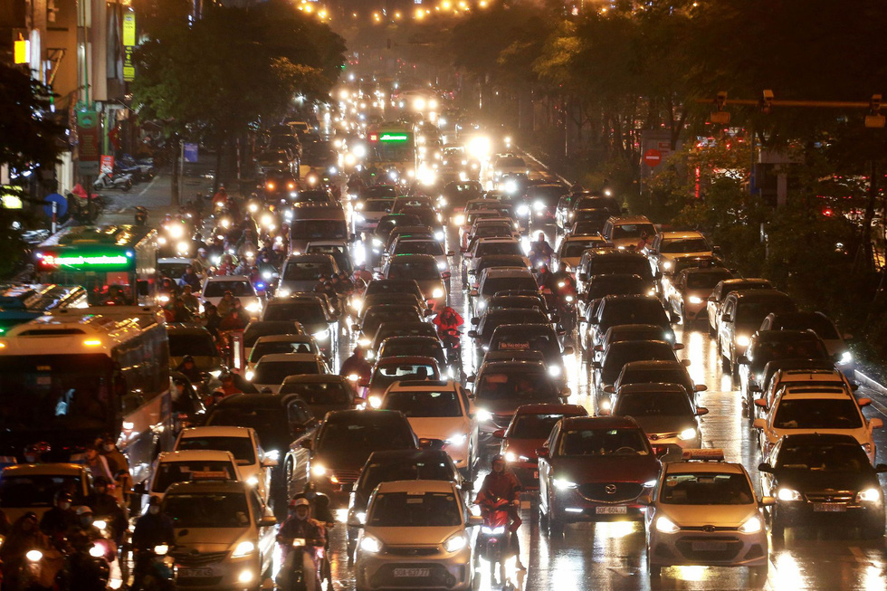 Long queue of traffic is seen near the entrance of Hanoi's Kim Lien Tunnel. Photo: Chi Tue / Tuoi Tre