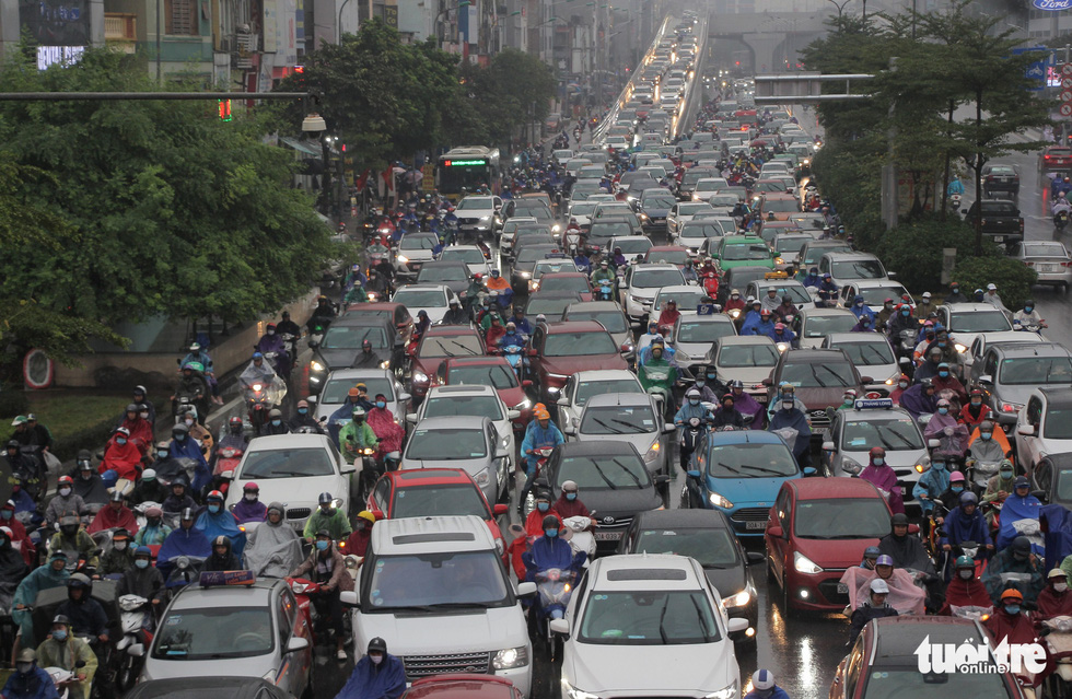 Traffic is seen stalled at Hanoi's Nga Tu So Junction. Photo: Hong Quan / Tuoi Tre