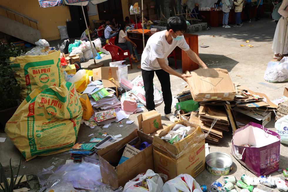 """Plastic waste collected at the """"Doi rac lay cay"""" event is gathered and sorted. Photo: Hoang An / Tuoi Tre"""