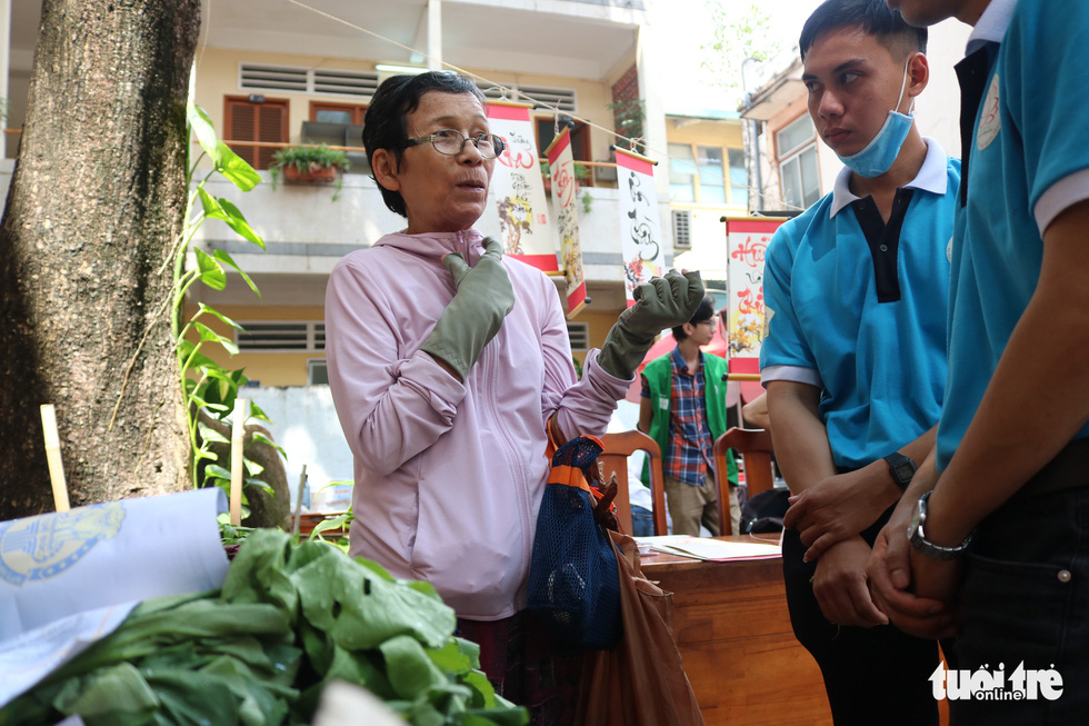 """An event goer discusses her upcycling idea with volunteers at the """"Doi rac lay cay"""" event. Photo: Hoang An / Tuoi Tre"""