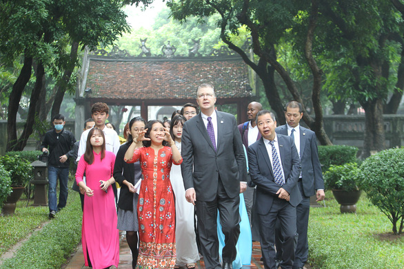 US envoy visits Hanoi's Temple of Literature, scholar statue in celebration of Teacher's Day