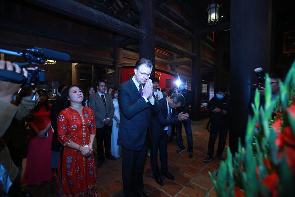 US Ambassador to Vietnam Daniel Kritenbrink shows his respect before an altar in Van Mieu – Quoc Tu Giam. Photo: Hai Pham / Tuoi Tre