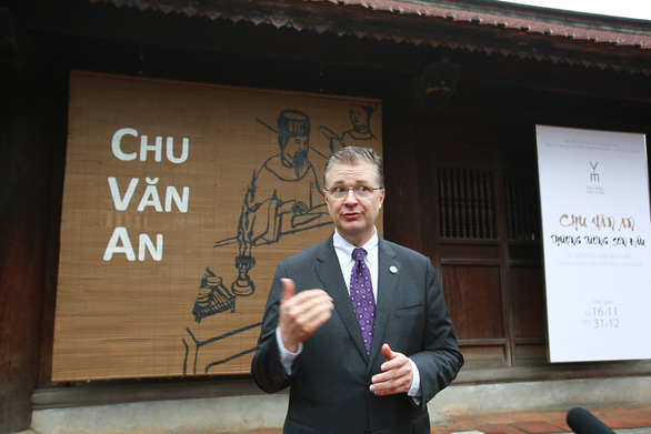 US Ambassador to Vietnam Daniel Kritenbrink speaks to the press at Van Mieu – Quoc Tu Giam. Photo: Hai Pham / Tuoi Tre