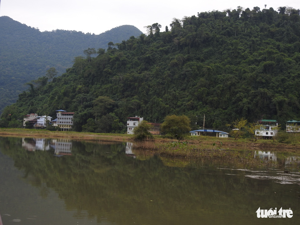 Unregulated buildings on the waterfront of Ba Be Lake in Bac Kan Province. Photo: T.Dieu / Tuoi Tre
