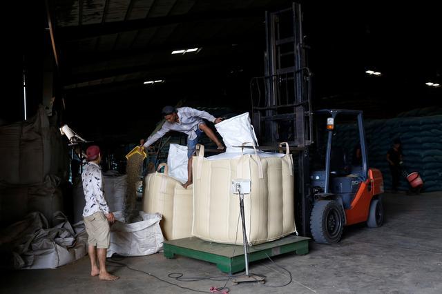 Asia Coffee-Vietnam premium narrows as trade slows, Indonesian stocks decline