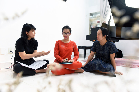 Do Nguyen Anh Thu (middle) with her mother, Hong, and her piano tutor, Thuy Yen. Photo: Tuoi Tre