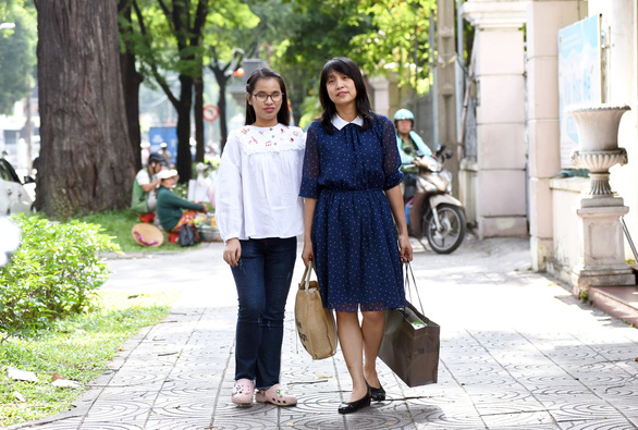 Anh Thu (left) with her piano tutor Thuy Yen. Photo: Tuoi Tre