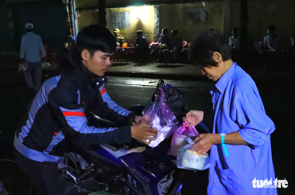 Tran Quang Chieu travels more than 130 kilometers from Vinh Long Province to Ho Chi Minh City, Vietnam to distribute free porridge portions at Pham Ngoc Thach Hospital. Chieu shared that he finds the deed greatly meaningful and will stay active in the group's charitable activities in the future