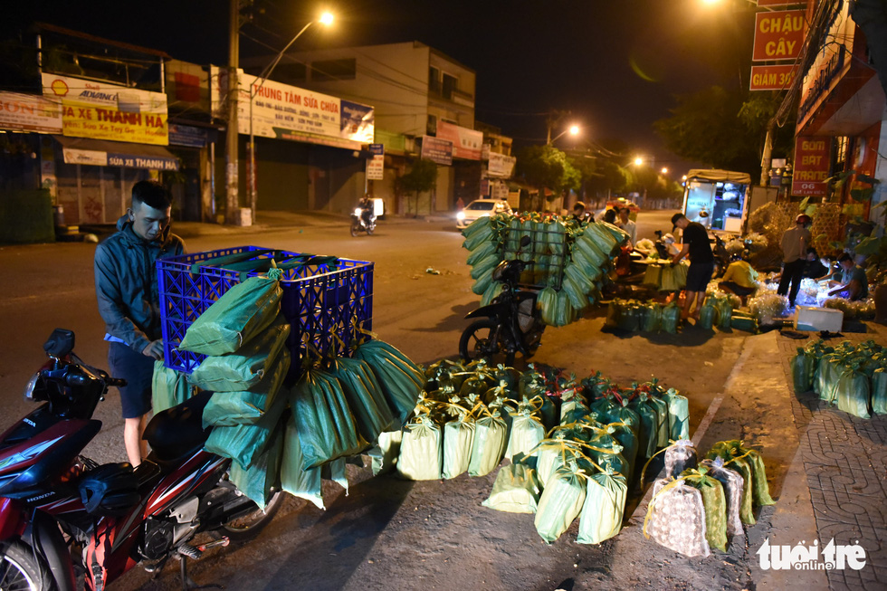 The intersection of Truong Chinh and Che Lan Vien Streets in Tan Binh District turns busy at 4 am with many insect sellers and buyers. Photo: Ngoc Phuong/Tuoi Tre