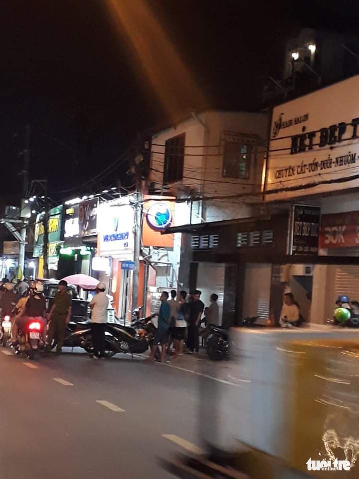Police arrive at the milk store in Thu Duc District, Ho Chi Minh City, November 22, 2020. Photo: Minh Hoa / Tuoi Tre