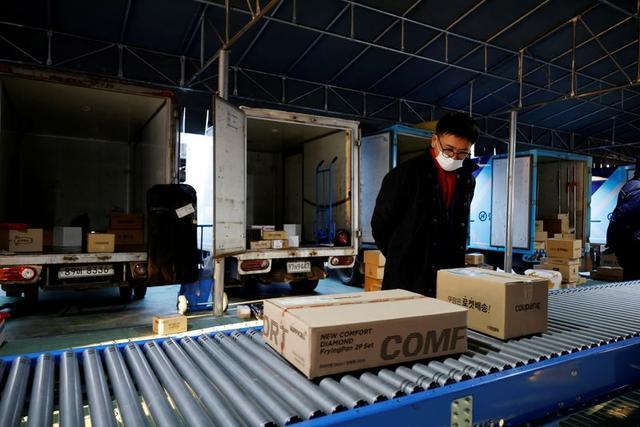 Jeong Sang-rok, a parcel delivery worker for Hanjin Transportation, works at a distribution centre in Gwangju, South Korea, November 10, 2020. Photo: Reuters