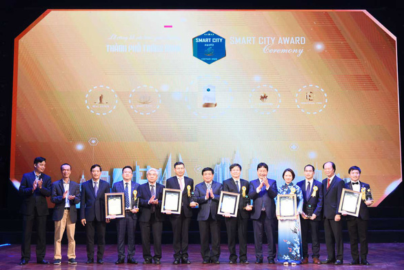 Winners of the Smart City Award 2020 are seen in this photo. Photo: T.Ha / Tuoi Tre