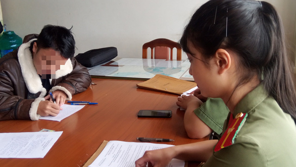 Nguyen Thanh Nguyen writes a statement in Da Lat's police station, November 25, 2020. Photo: Dam Trong / Tuoi Tre