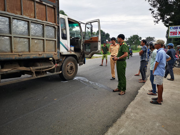 Truck runs over two school girls in southern Vietnam