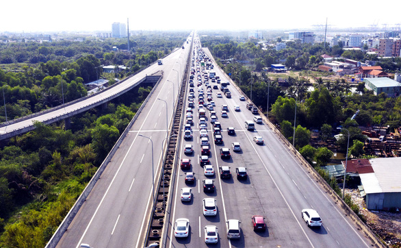 A traffic congestion on Long Thanh – Dau Giay Expressway from Ho Chi Minh City to Dong Nai Province. Photo: Quang Dinh / Tuoi Tre