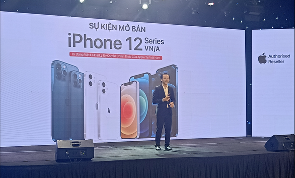 A representative of retailer Di dong Viet speaks at its iPhone 12 launching event at a cinema on Tran Quang Khai Street in District 1, Ho Chi Minh City, November 26, 2020. Photo: Duc Thien / Tuoi Tre