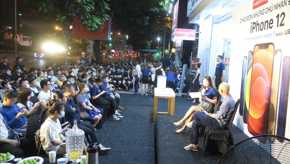 People attend a talk show at a CellphoneS store in Ho Chi Minh City before the official launch of iPhone 12, November 26, 2020. Photo: Duc Thien / Tuoi Tre