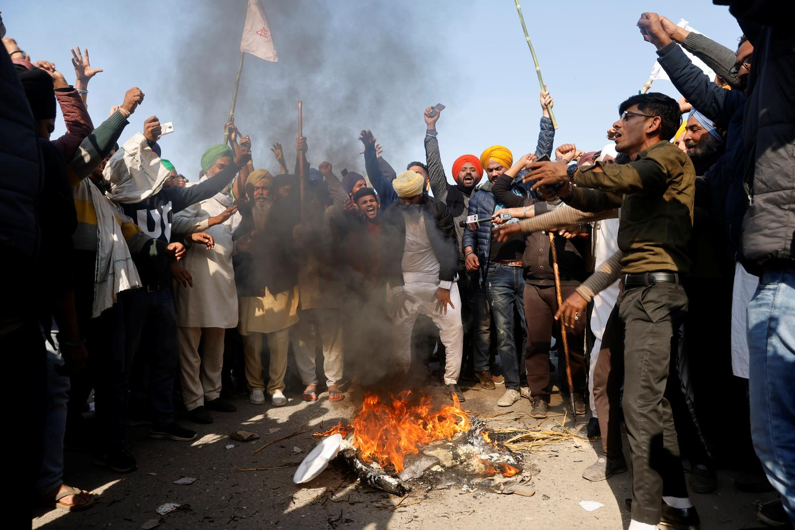 Farmers shout slogans as they burn an effigy during a protest against the newly passed farm bills at Singhu border near Delhi, India, November 28, 2020. Photo: Reuters