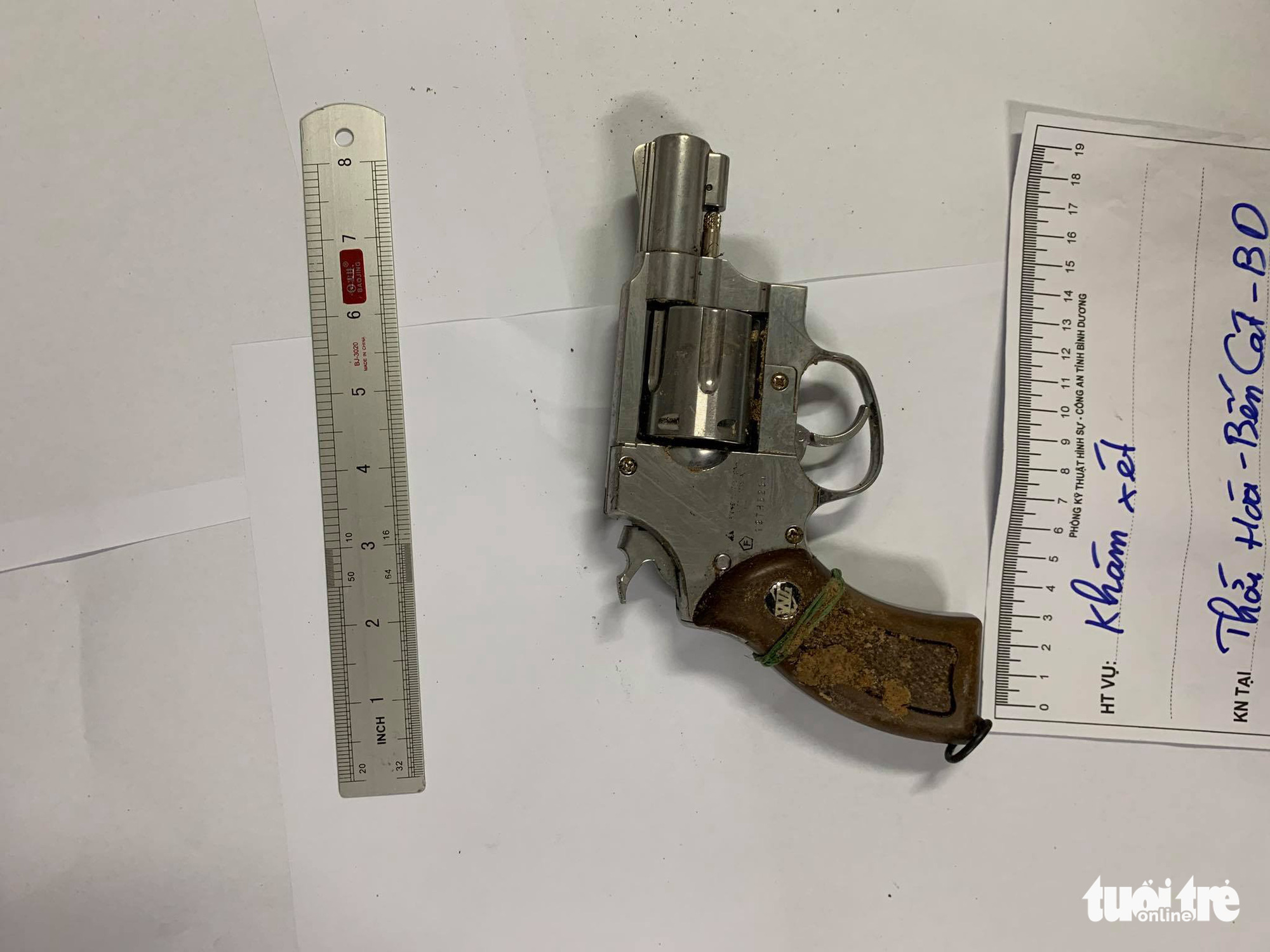 The pistol that Tran Cong Duc used to rob a bank in Binh Duong Province, Vietnam, November 18, 2020. Photo: A.X. / Tuoi Tre