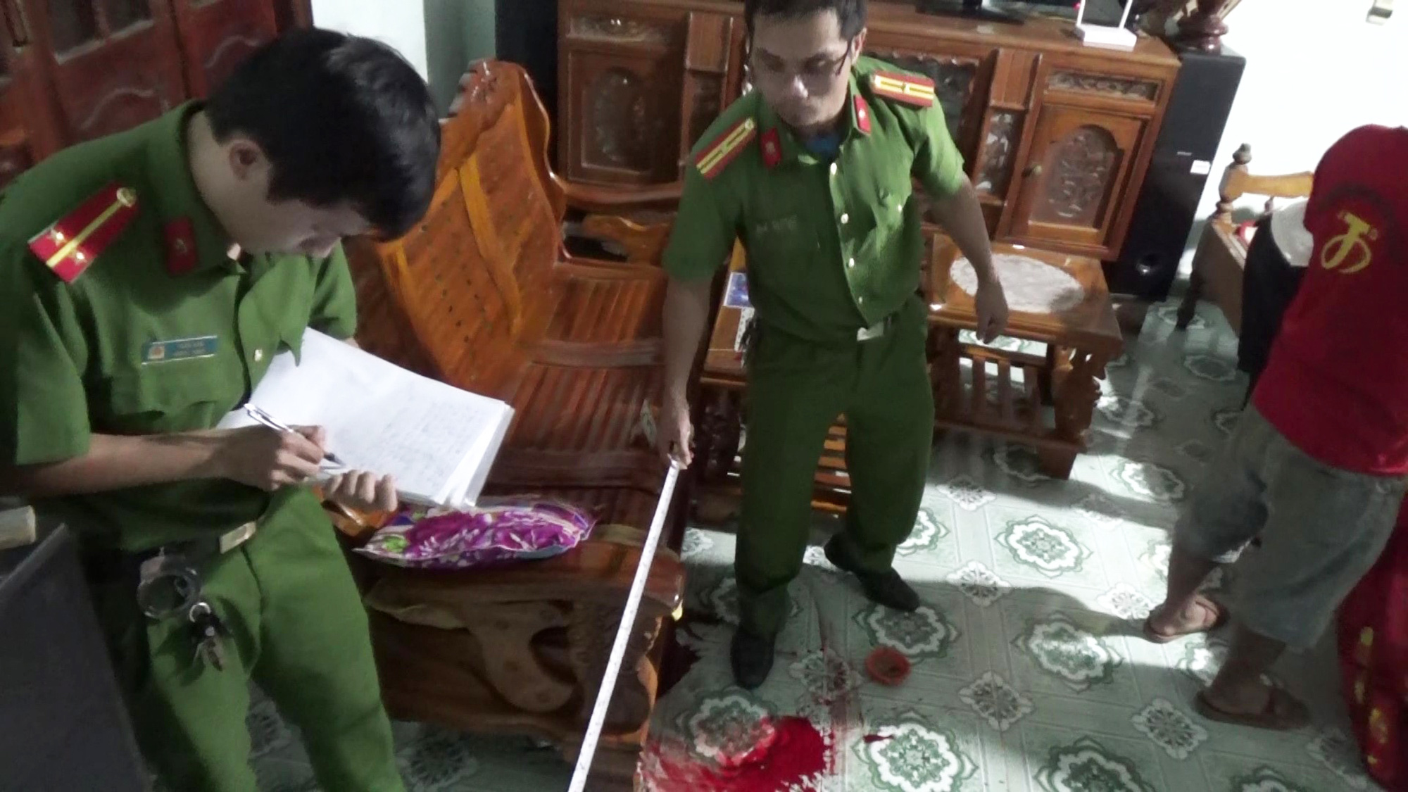 Officers examine the house of Nguyen Thanh Tai following the murder in Quang Nam Province, Vietnam, November 26, 2020. Photo: Tuan Tu / Tuoi Tre