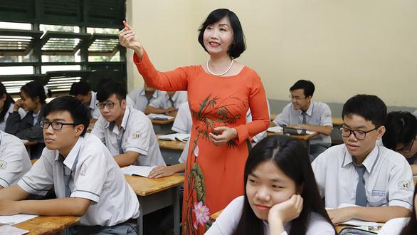 Nguyen Thi Le Hang (standing, center) teaches chemistry to 11th graders at Ho Chi Minh City-based Hung Vuong High School, Vietnam. Photo: Nhu Hung/ Tuoi Tre