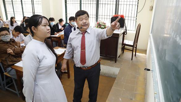 Tran Quang Vinh (right) poses during his chemistry class with 12th graders at Ho Chi Minh City-based Hung Vuong High School, Vietnam. Photo: Nhu Hung/ Tuoi Tre