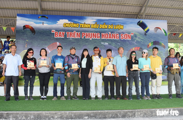 Authorities in Tri Ton District give gifts to pilots participating in a paragliding contest at Tri Ton District in the southern province of An Giang on November 28, 2020. Photo: Buu Dau/ Tuoi Tre