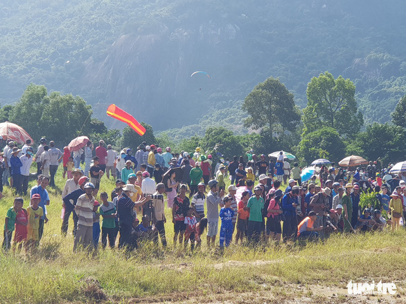 People gather to watch the Bay Nui (Seven Mountains) bull race and the paragliding contest at Tri Ton District in the Mekong Delta province of An Giang on November 28, 2020. Photo: Buu Dau/ Tuoi Tre
