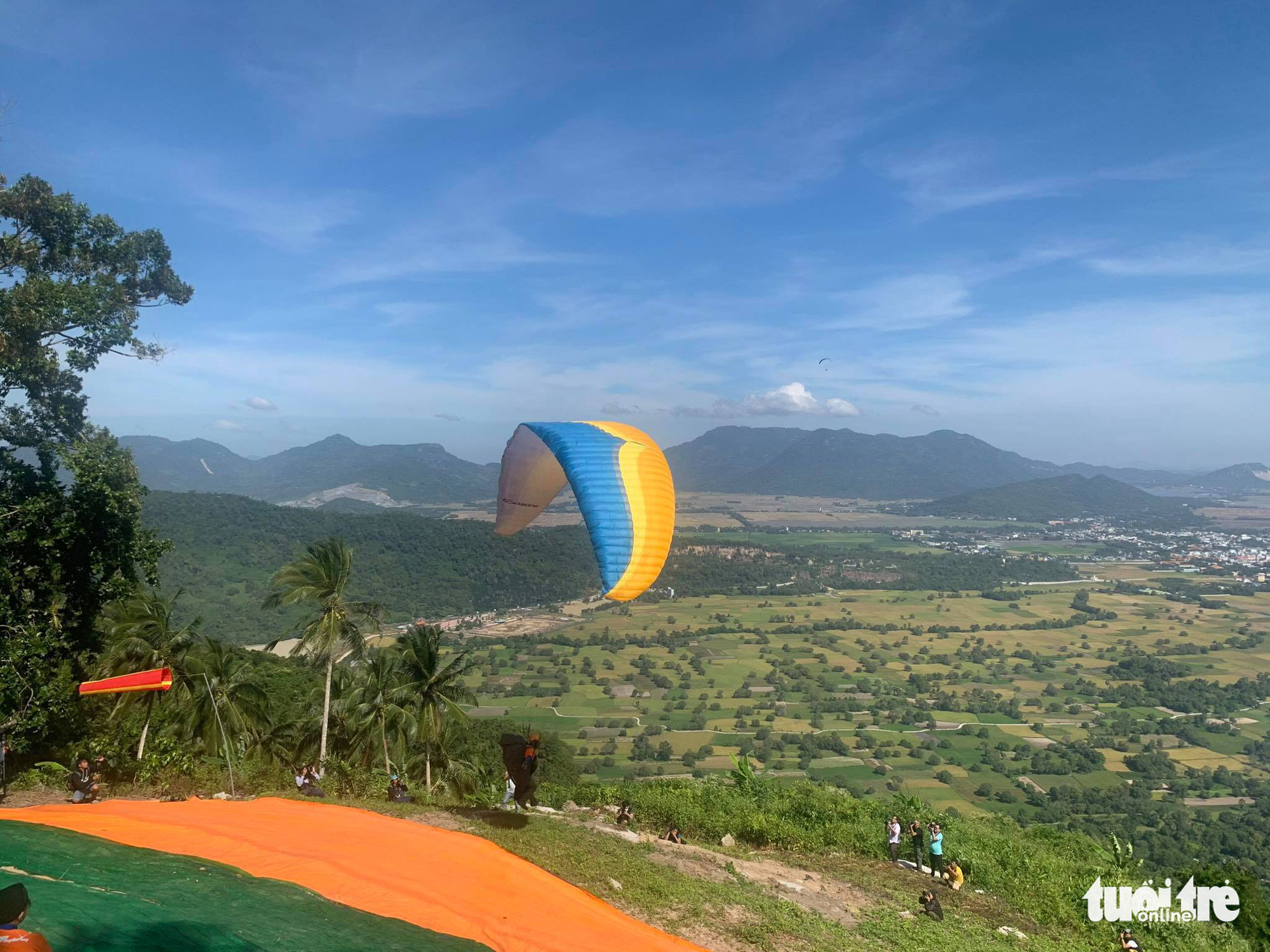 Mekong Delta's first paragliding contest attracts thousands