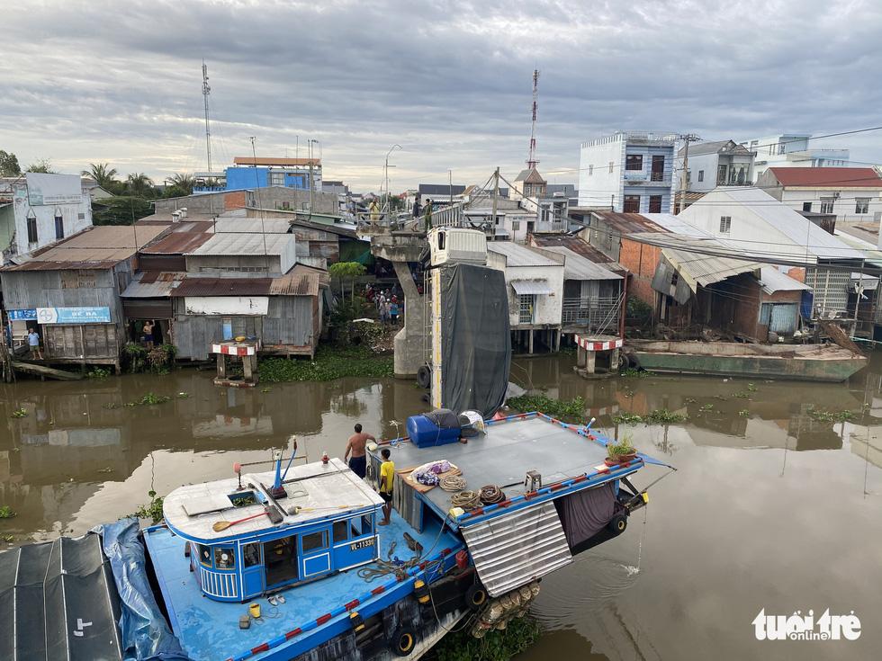 Bridge collapses under overweight truck in Vietnam's Mekong Delta province