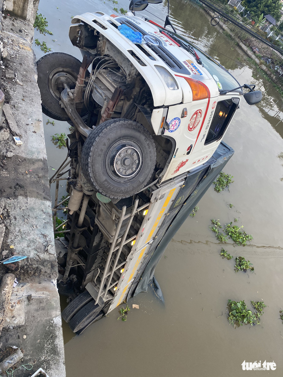 A truck is dangling from the remaining part of the Thien Ho Bridge after it collapsed due to the overweight truck in Cai Be District, Tien Giang Province, November 30, 2020. Photo: Hoai Thuong / Tuoi Tre
