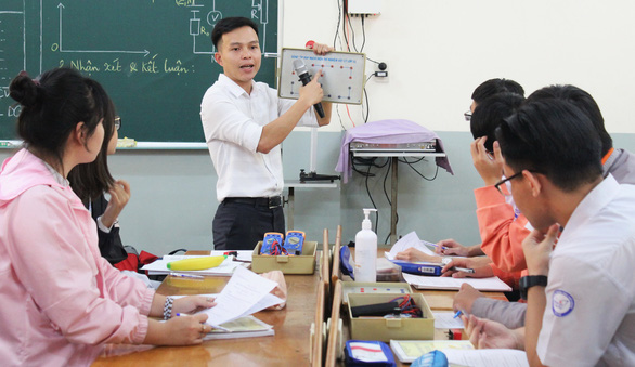 Huynh Minh Hai (center) instructs his students how to assemble circuit boards during a practice session at Marie Curie High School, located in Ho Chi Minh City, Vietnam. Photo: Quoc Linh/ Tuoi Tre