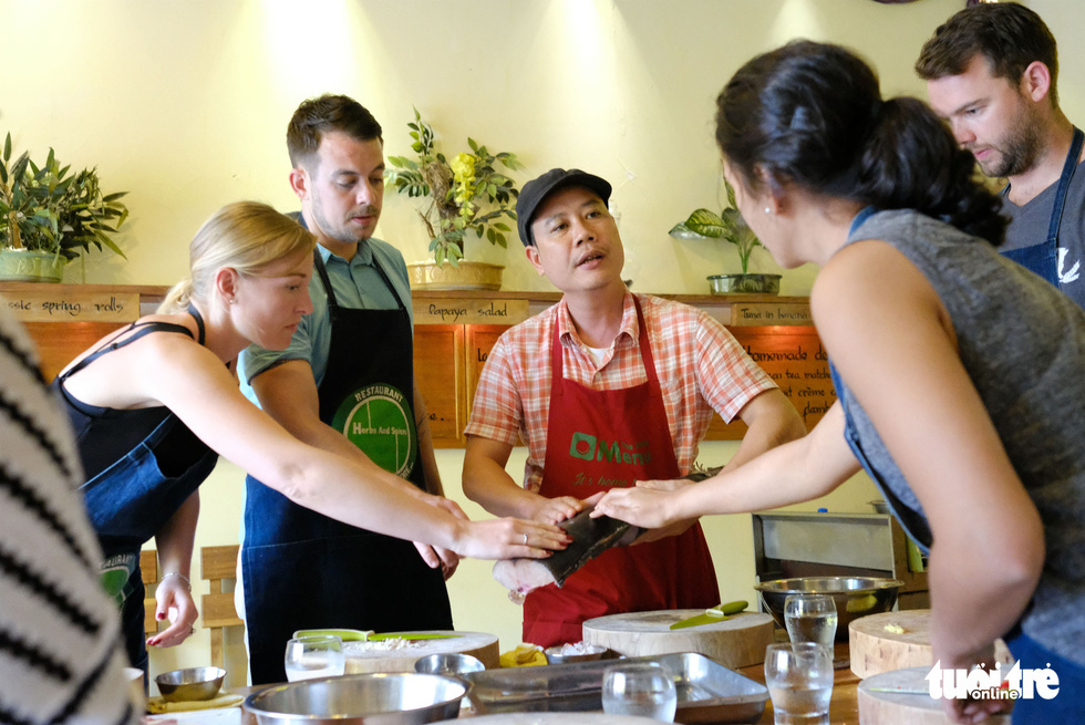 Tourists attend a cooking class at Herbs and Spices Restaurant in Hoi An City. Photo: Gia Thinh / Tuoi Tre