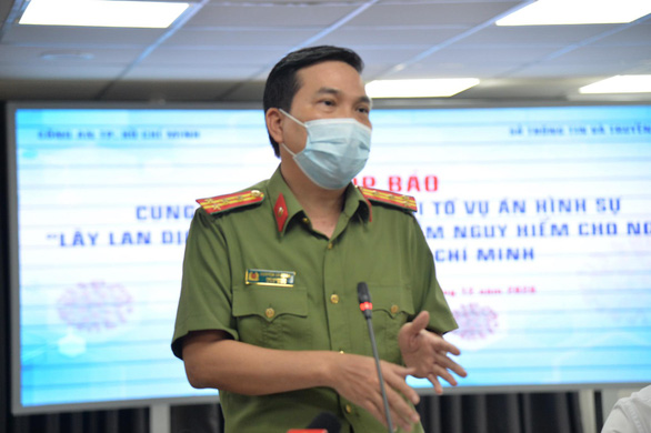 Deputy Director of the Ho Chi Minh City Public Security Department Nguyen Sy Quang speaks at a press conference on the criminal investigation into the case 'Spreading dangerous infectious disease to humans,' December 3, 2020. Photo: Tu Trung / Tuoi Tre