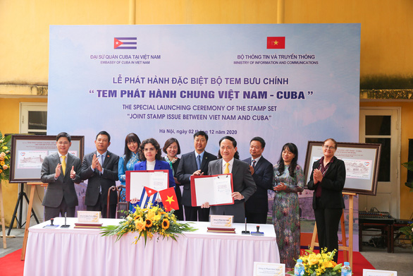 Representatives of Vietnam's Ministry of Information and Communications and the Embassy of Cuba in Vietnam introduce a joint stamp set in a special ceremony in this photo taken in Hanoi. Photo: T.Ha / Tuoi Tre