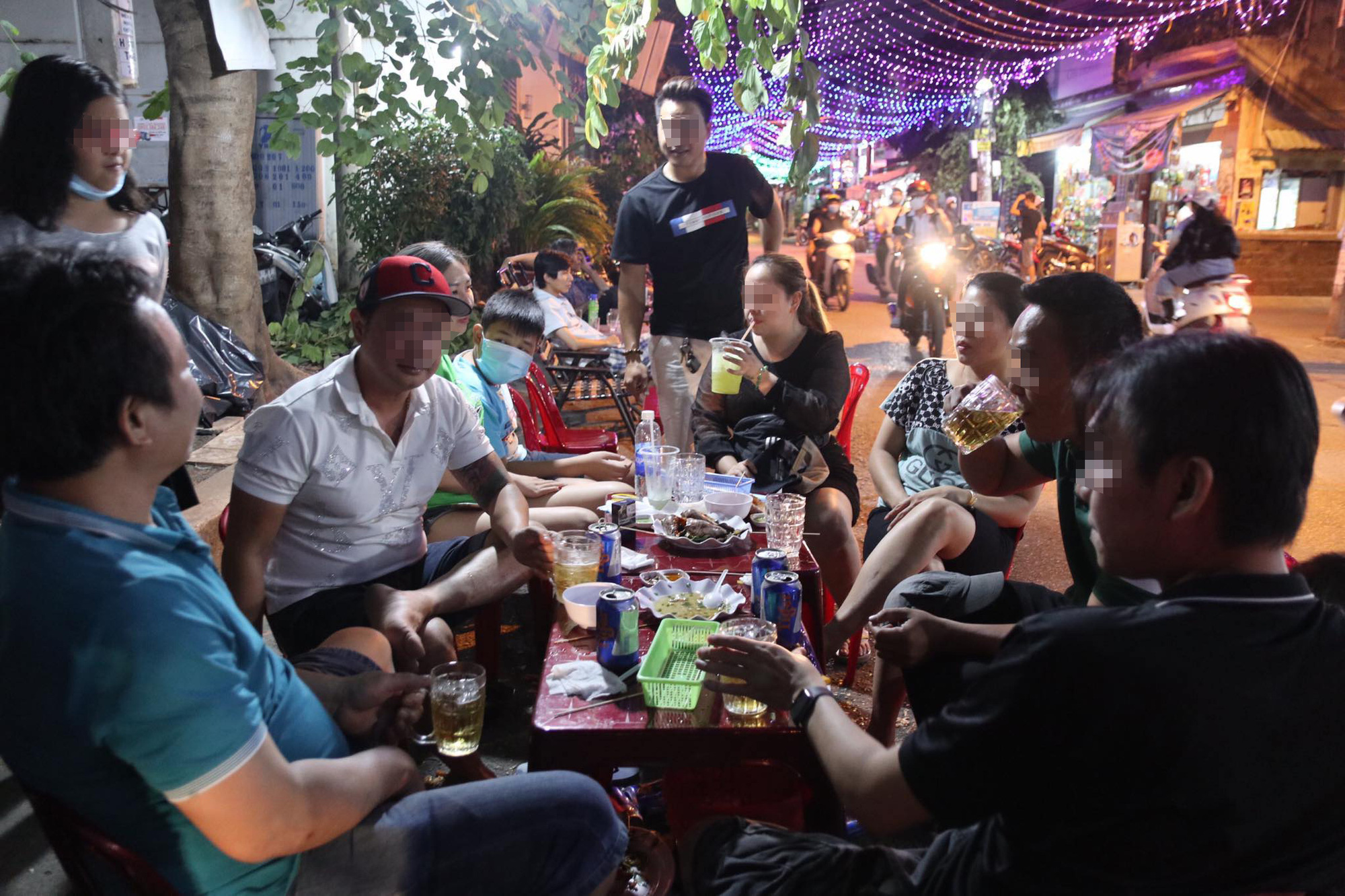People drink beer on the sidewalk in Go Vap District, Ho Chi Minh City, December 5, 2020. Photo: Huu Huong / Tuoi Tre
