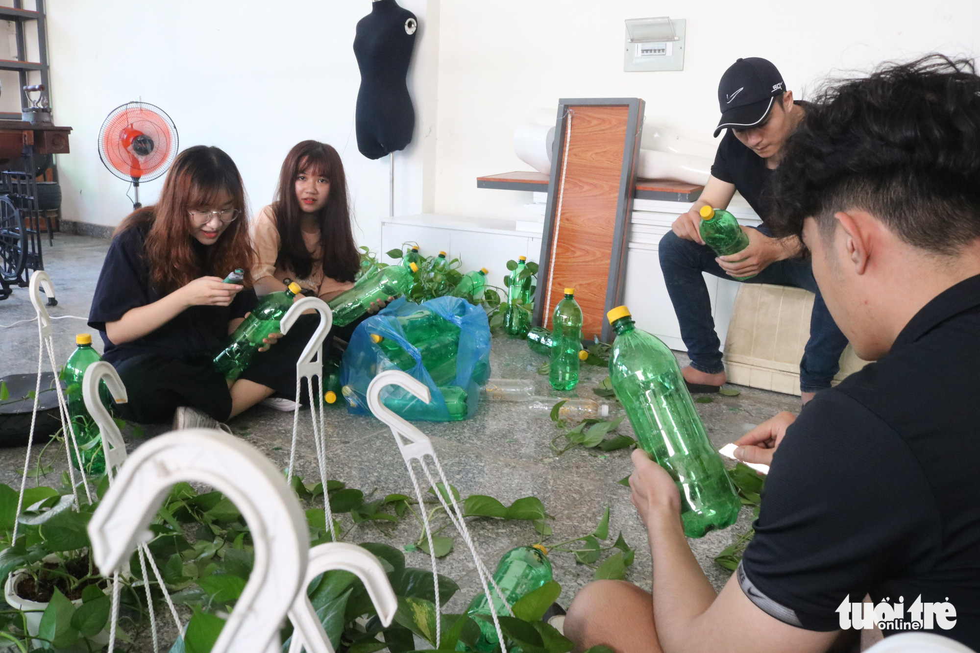 Young people recycle plastic bottles at a coffee shop in District 2, Ho Chi Minh City. Photo: Hoang An / Tuoi Tre