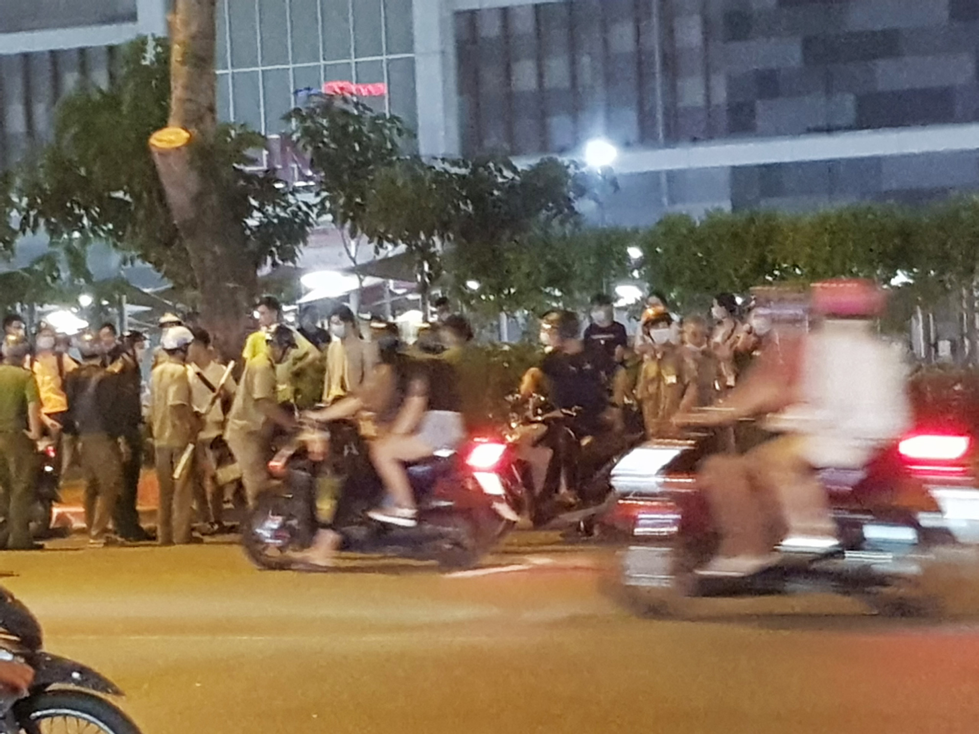 Police officers arrive at AEON MALL Tan Phu Celadon in Tan Phu District, Ho Chi Minh City following a quarrel on December 6, 2020. Photo: Ngoc Khai / Tuoi Tre