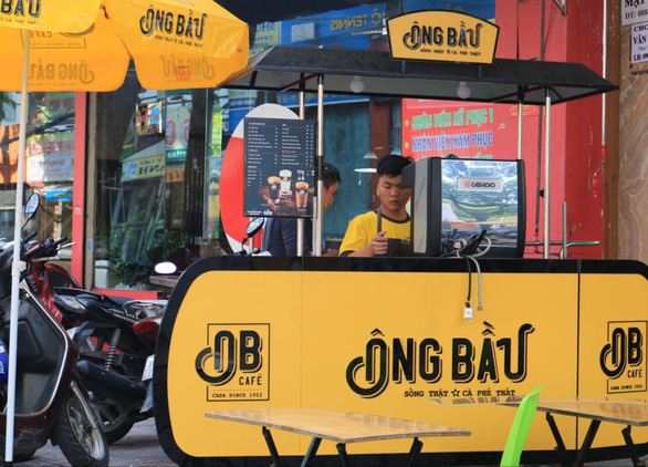 An Ong Bau takeout stall is seen on a street in Ho Chi Minh City. Photo: Nhat Thinh / Tuoi Tre
