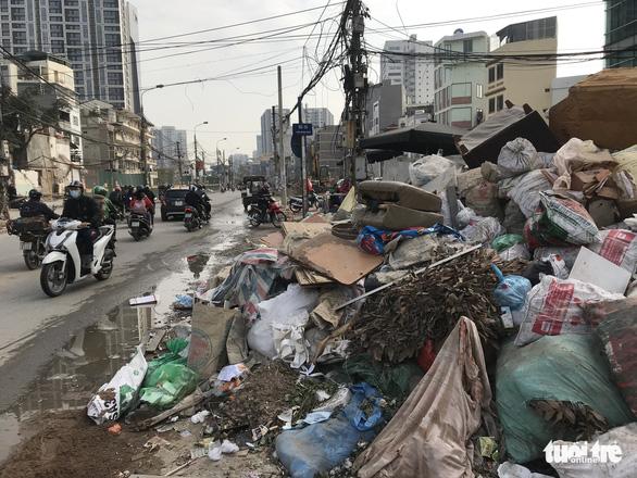 Major streets of Hanoi strewn with trash after sanitation worker strike