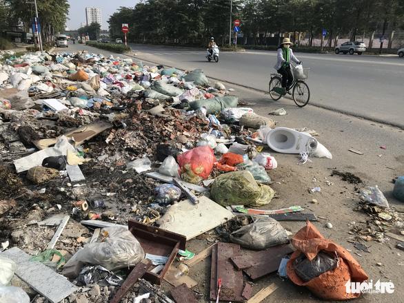 Chu Van An Street in Hanoi's Hoang Mai District is strewn with trash