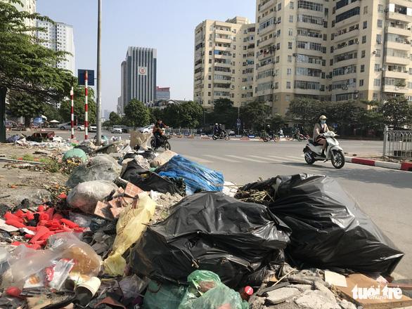 Mac Thai To Street in Cau Giay District is strewn with trash.