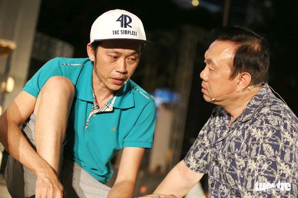 Vietnamese comedians Chi Tai (right) and Hoai Linh. Photo: Gia Tien / Tuoi Tre