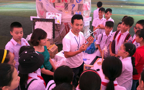 Pham Viet Dung (C) is seen in an explanatory session with school children in Vietnam. Photo: T. L./ Tuoi Tre