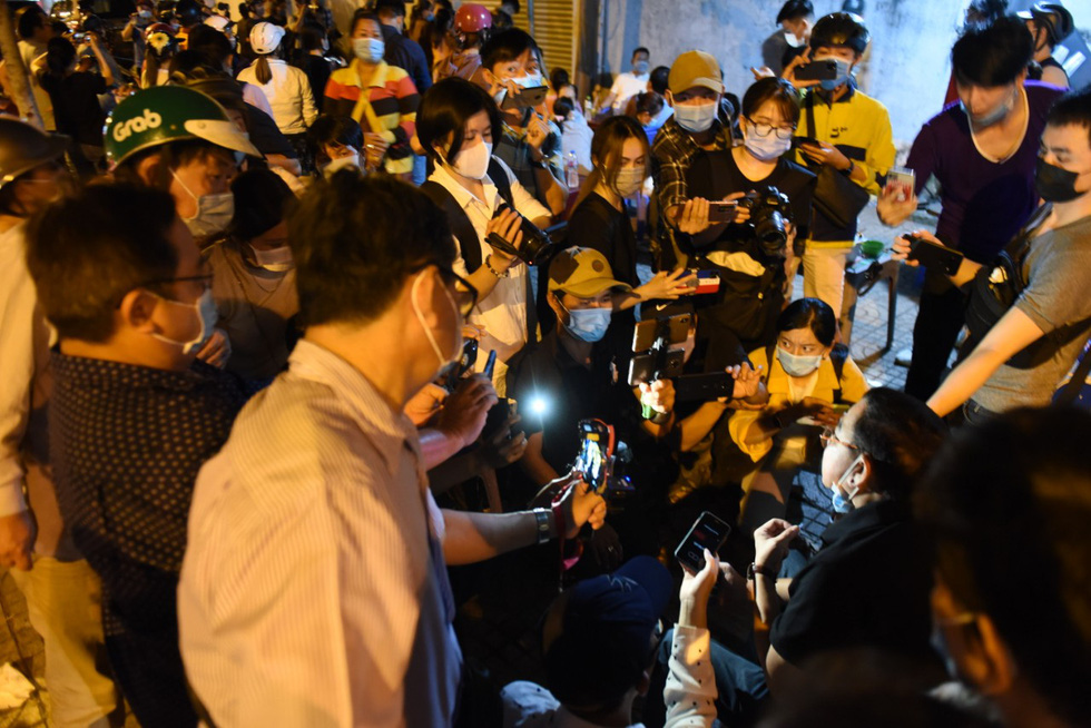 People record live videos at the mortuary where comedian Chi Tai's body was temporarily situated in Ho Chi Minh City on December 9, 2020. Photo: Duyen Phan/ Tuoi Tre