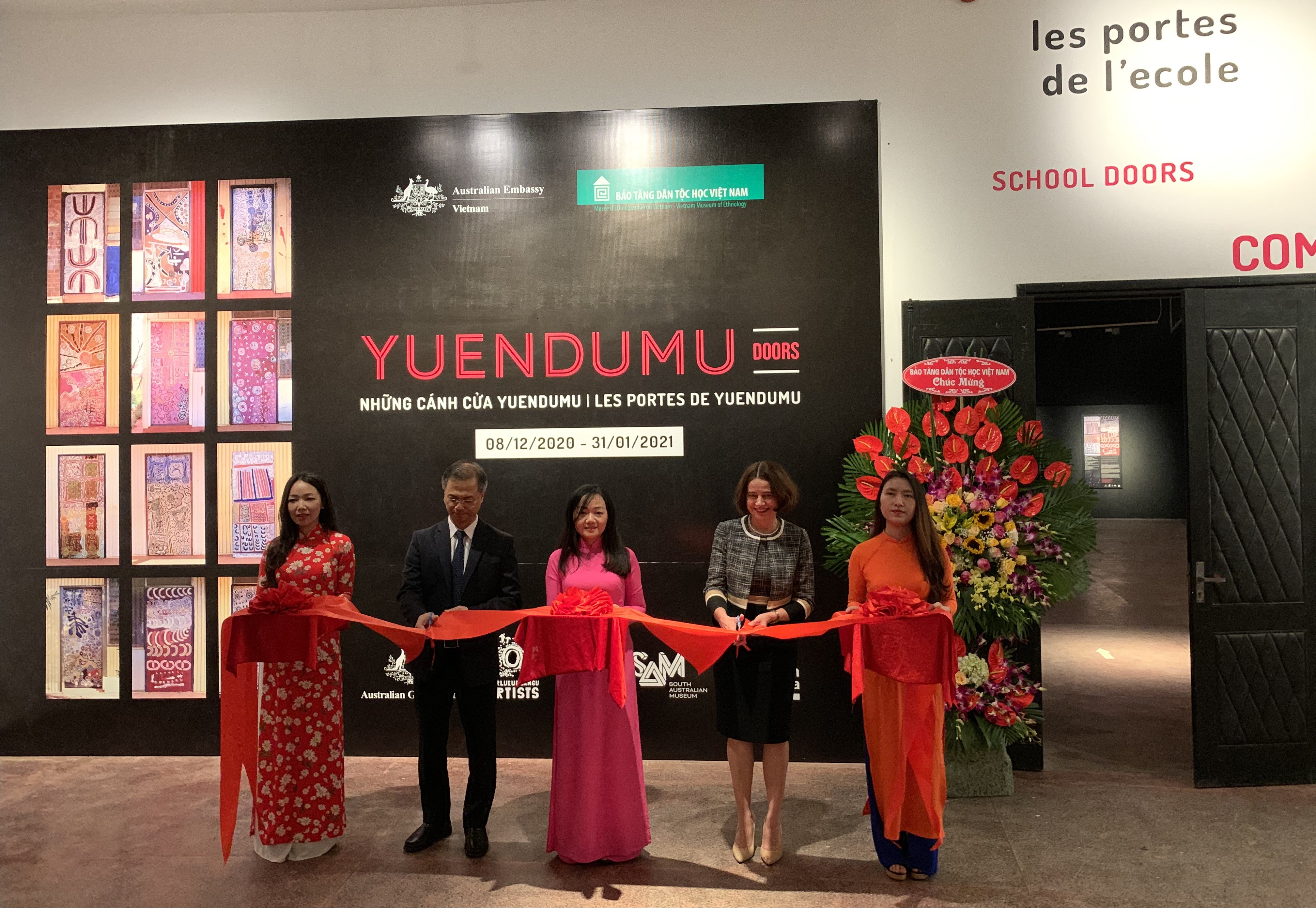Australian Ambassador to Vietnam Robyn Mudie (2nd from right) and Dang Xuan Thanh, vice president of Vietnam Academy of Social Science, Director of the Vietnam Museum of Ethnology (2nd from left) cut the ribbon to inaugurate the Yuendumu Doors exhibition in hanoi on December 8, 2020. Photo provided by the Australian Embassy in Hanoi