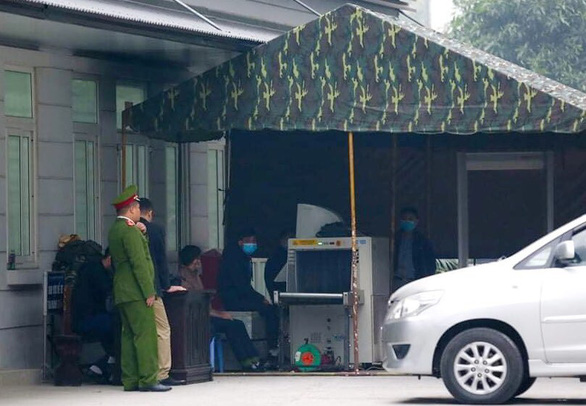 A baggage screening checkpoint is set up in front of Courtroom No.9 of the Hanoi People's Court. Photo: Danh Trong / Tuoi Tre
