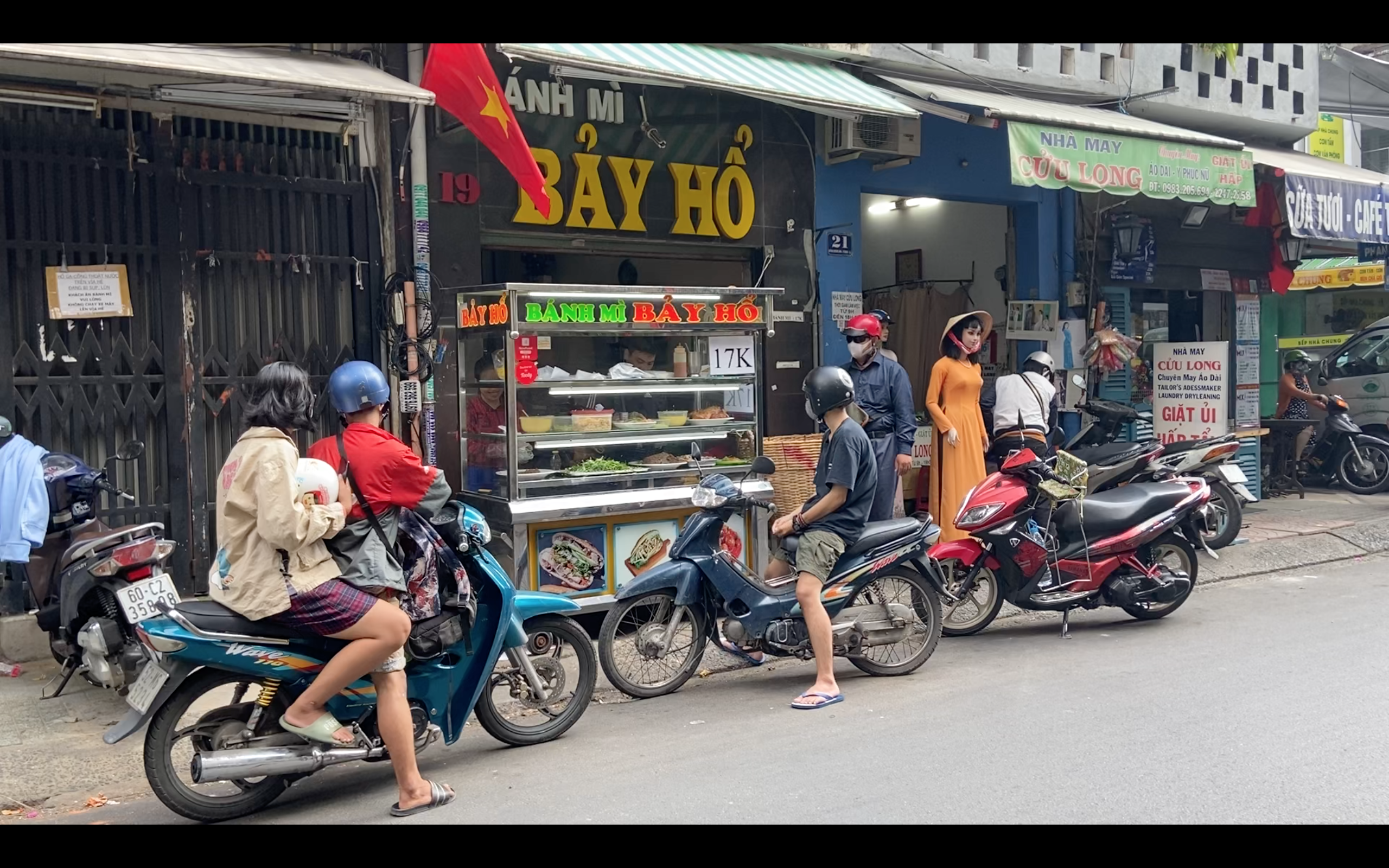 Banh Mi Bay Ho attracts most of its customers in the early morning at its location on Huynh Khuong Ninh Street, District 1, Ho Chi Minh City. Photo: Linh To / Tuoi Tre